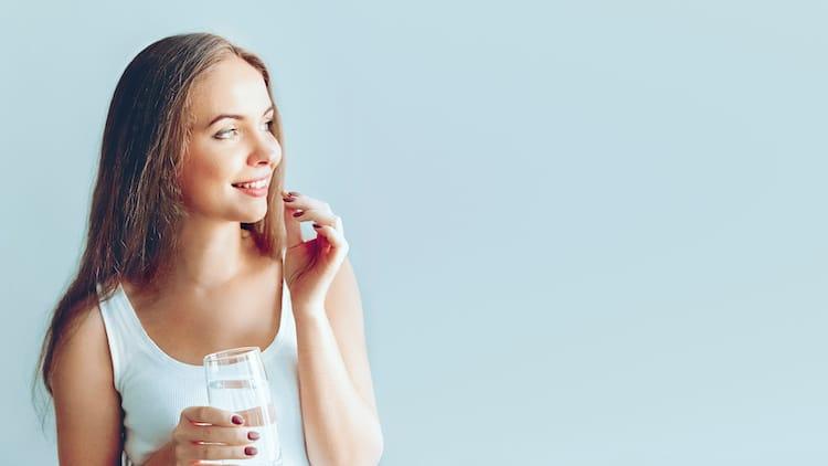 femme prenant un supplément
