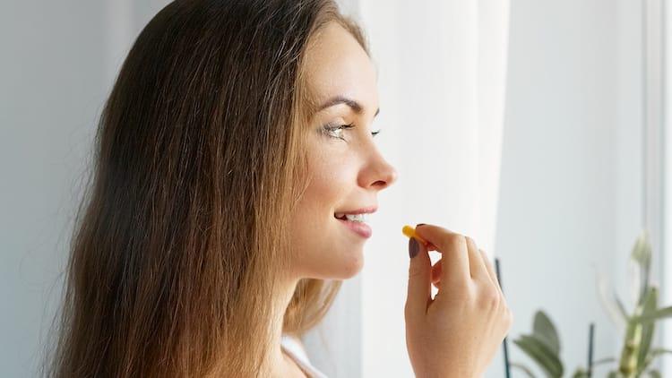 femme prenant la pastille de zinc